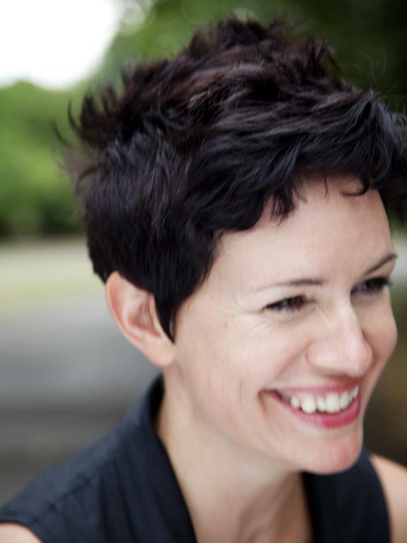"""Sarah Hall: """"Modalitatea cea mai bună de a reuşi în viaţă este de a învăţa limbajul puterii"""""""
