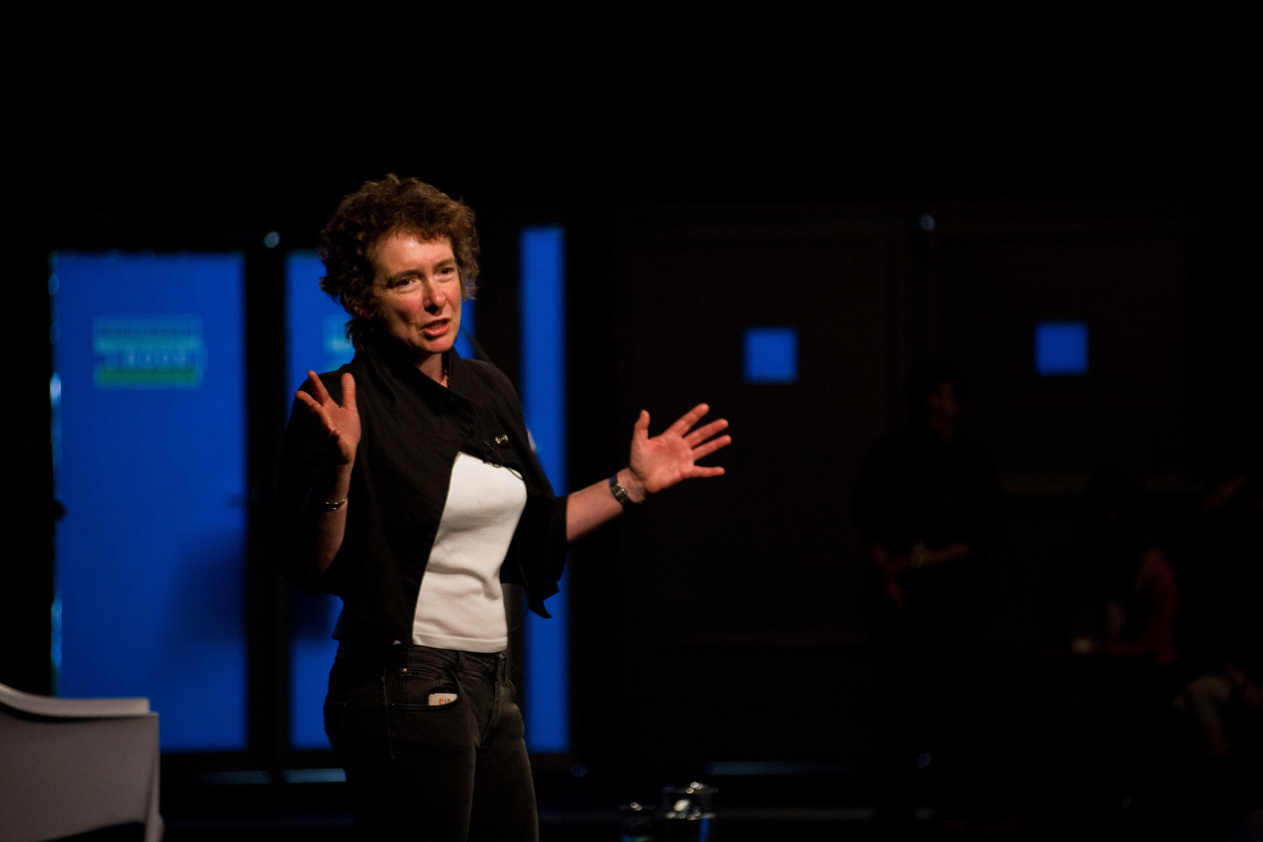 """Jeanette Winterson: """"Suntem nişte laşi din punct de vedere moral şi emoţional!"""""""