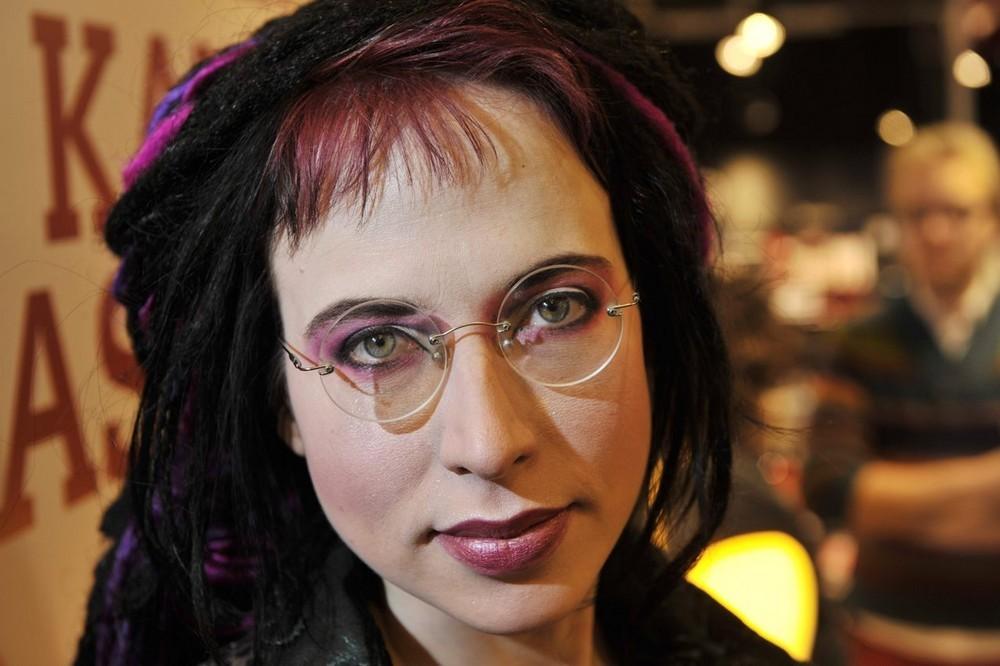 """Sofi Oksanen: """"Scriitorii trebuie să fie implicați în politică, trebuie să li se audă vocea!"""""""